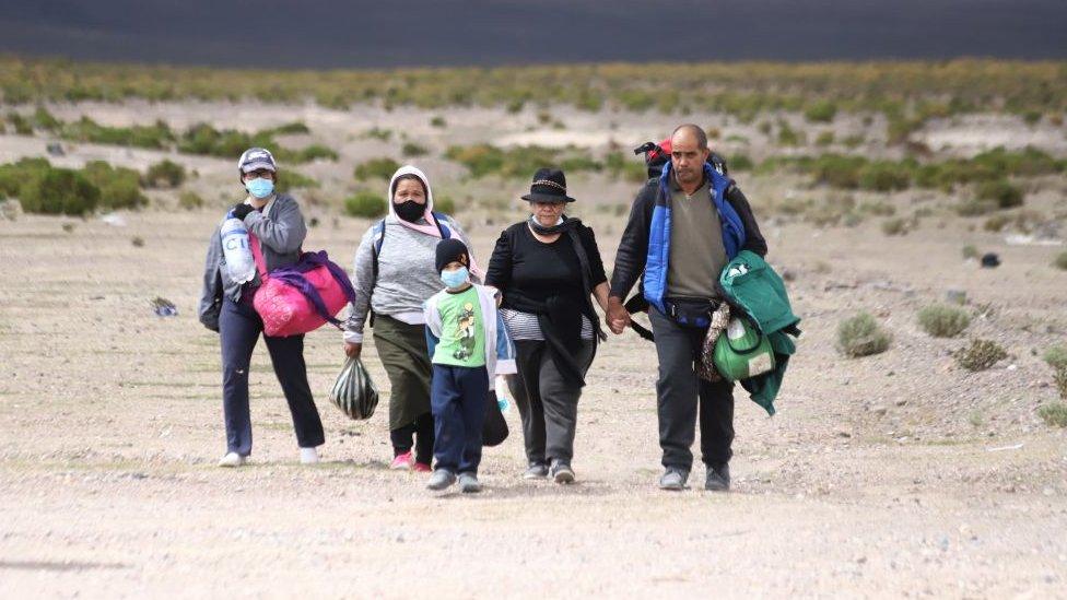 """El fin del """"sueño chileno""""?: los migrantes que luchan por permanecer en un  país que les cierra las puertas - BBC News Mundo"""