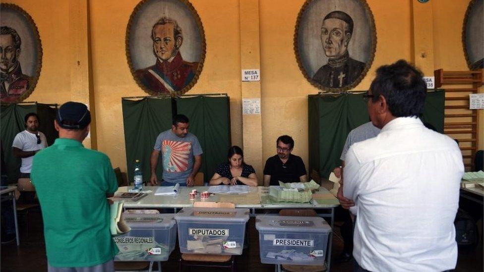 Centro de votación en Chile durante las presidenciales del 17 de diciembre.