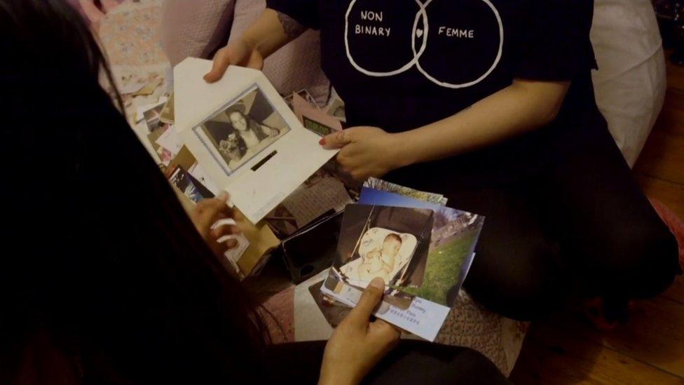 Andie muestra sus fotos a la periodista.