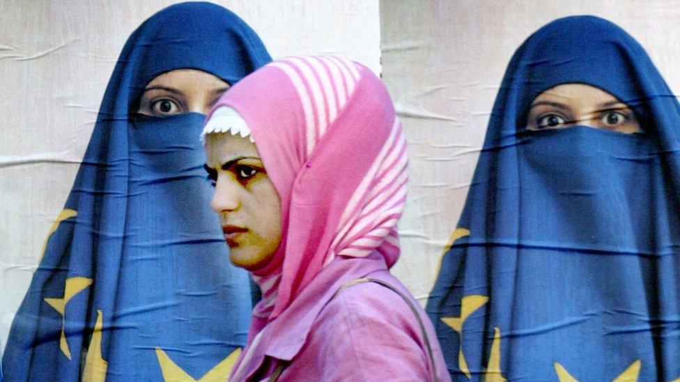 Una mujer turca pasa frente a un póster alusivo a las negociaciones entre Turquía y la UE.