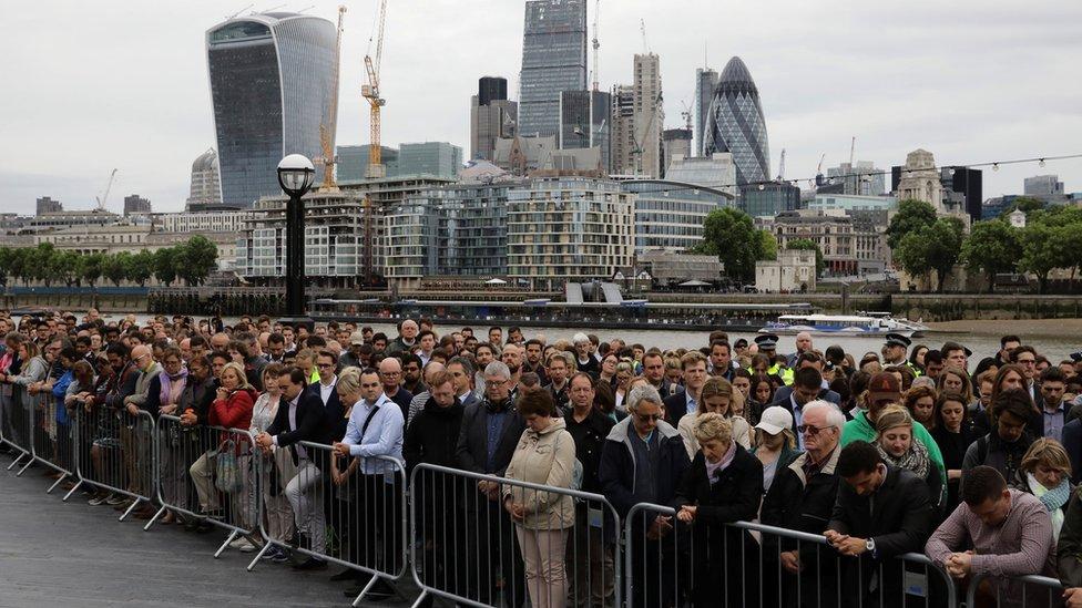 تجمع الناس في متنزه قريب لتأبين الضحايا الذين سقطوا في الهجوم على جسر لندن