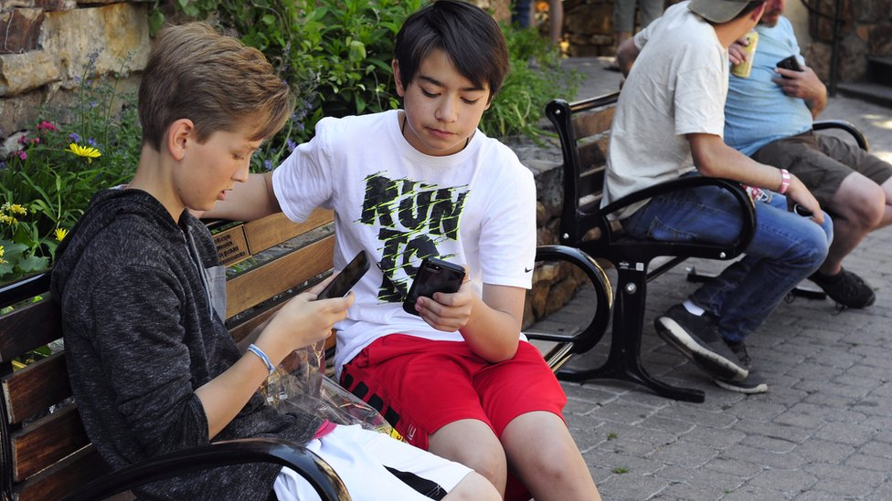 Британские ученые: смартфонами пугали зря, гаджеты для подростков не вреднее картошки