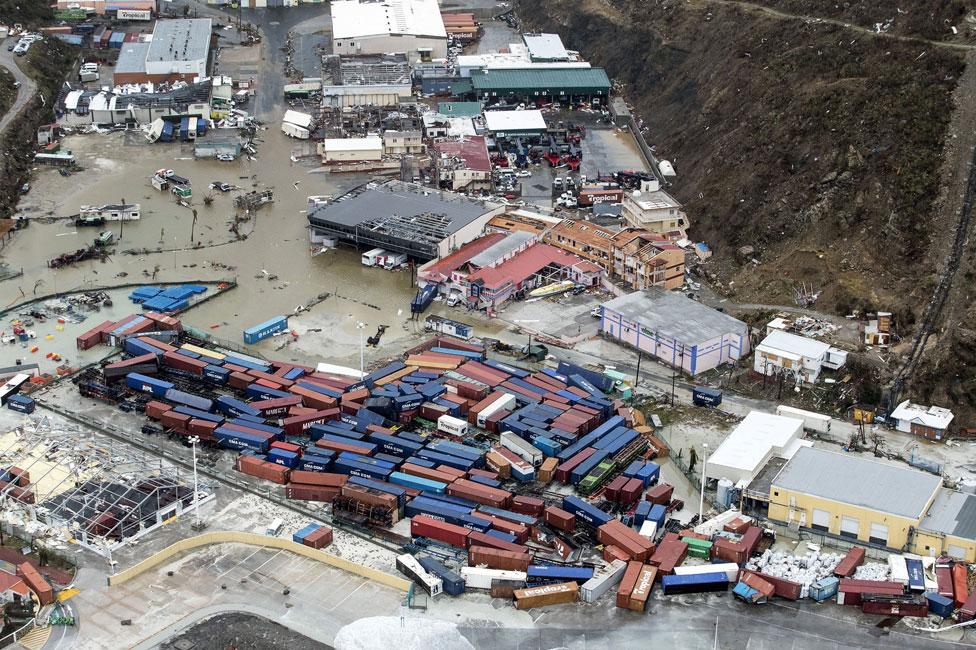 La fotografía aérea muestra el puerto con contenedores arruinado por la tormenta, en Philipsburg.
