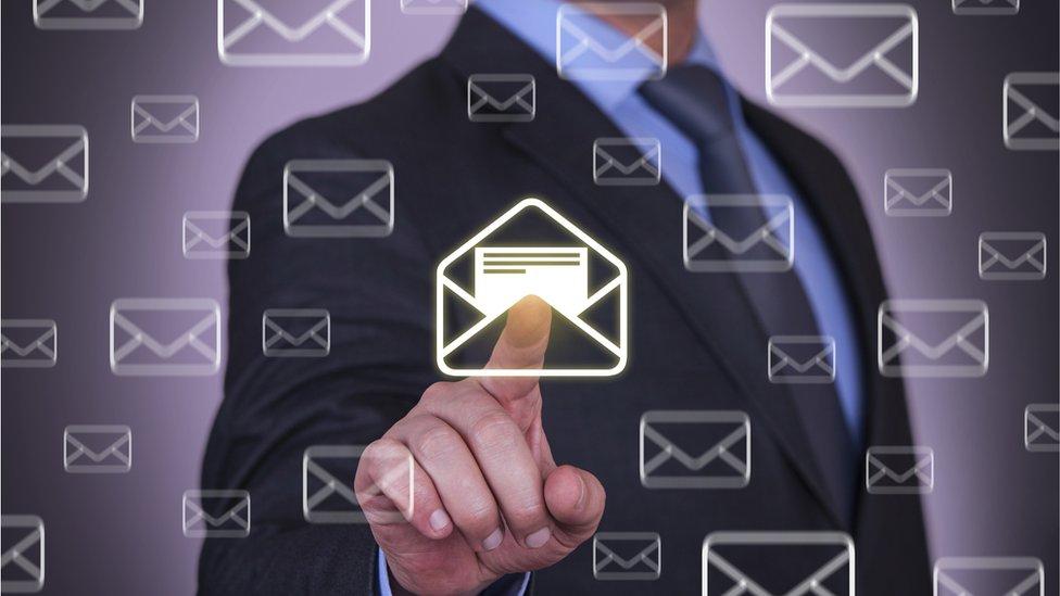 Hombre presiona con un dedo un ícono de correo electrónico