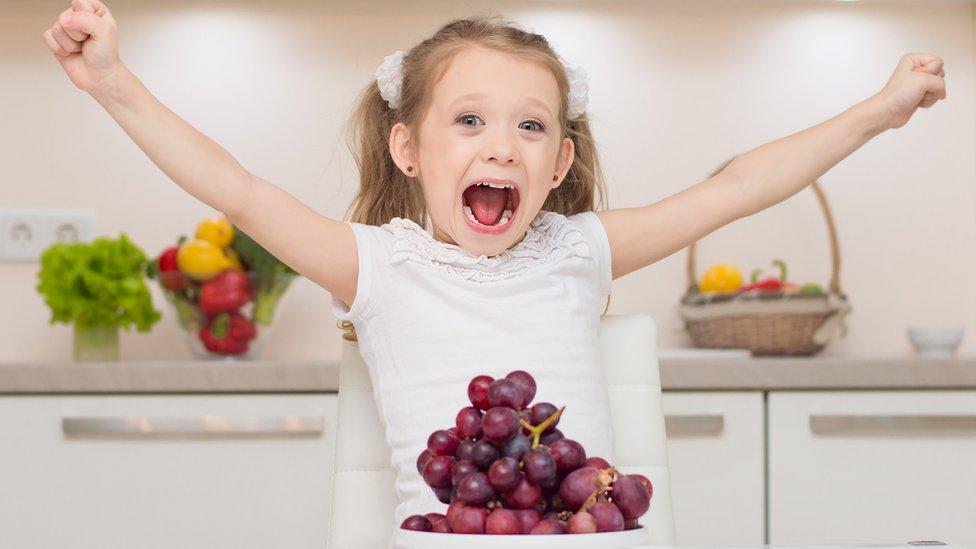 Niña con uvas