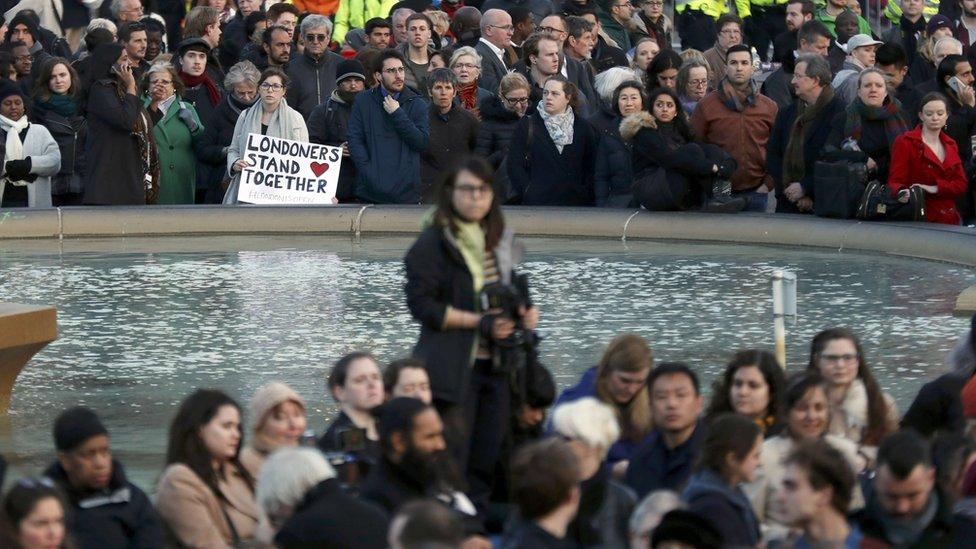 Cientos de personas participando en la vigilia en Trafalgar Square.