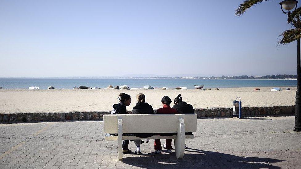 Mujeres en una playa en Hammamet