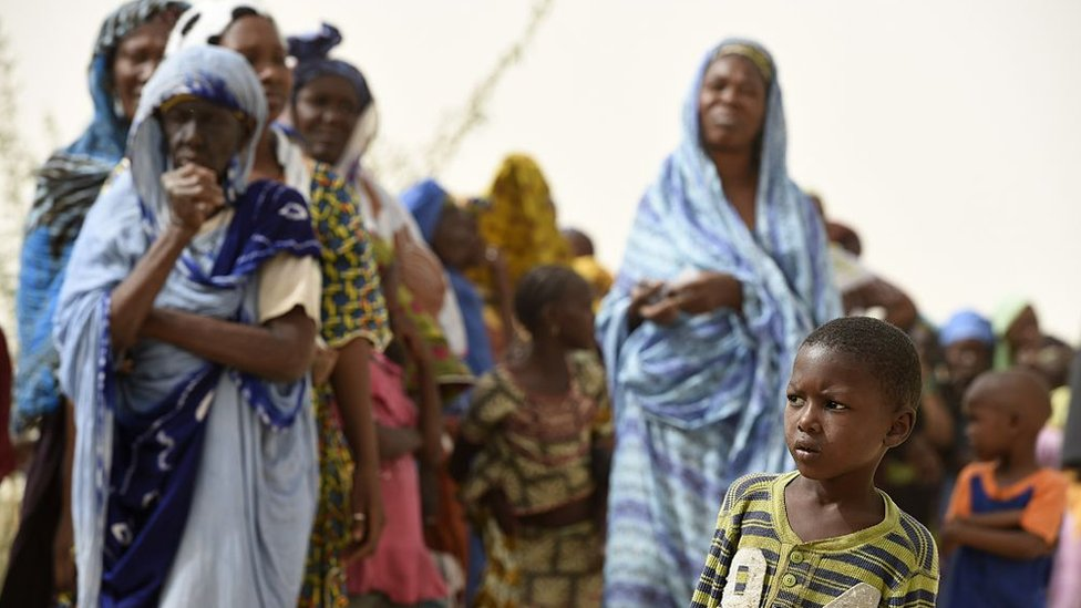 Residentes de Mali esperan para recibir atención médica por parte de las tropas francesas.