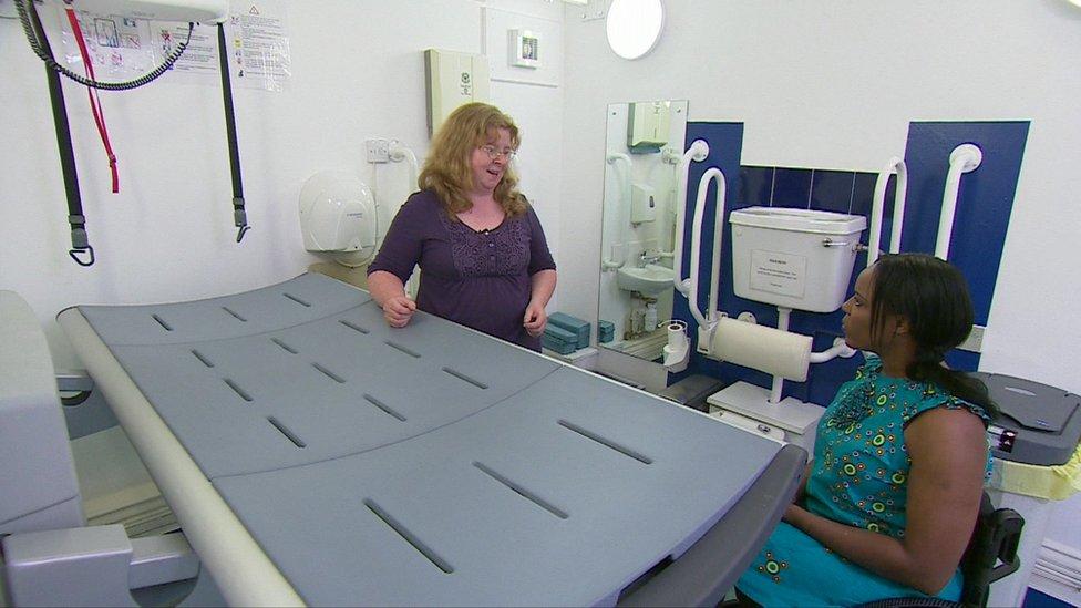 Lorna Fillingham le muestra a Anne cómo es un baño equipado para discapacitados con necesidades especiales, como el de Changing Places