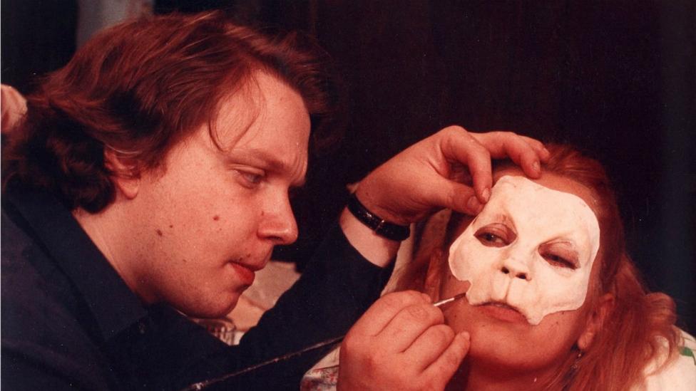Guillermo del Toro aplicando uno de sus maquillajes fantásticos (Foto: Imcine)