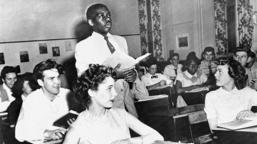 Un salón de clases mixto para blancos y negros en EE.UU.