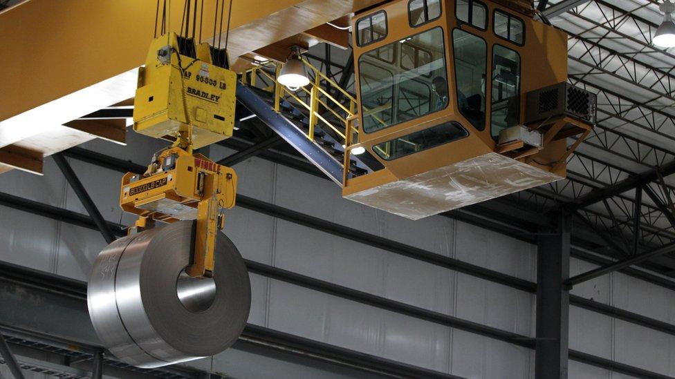 Trump dijo que las medidas protegerán a los trabajadores de la industria estadounidense.