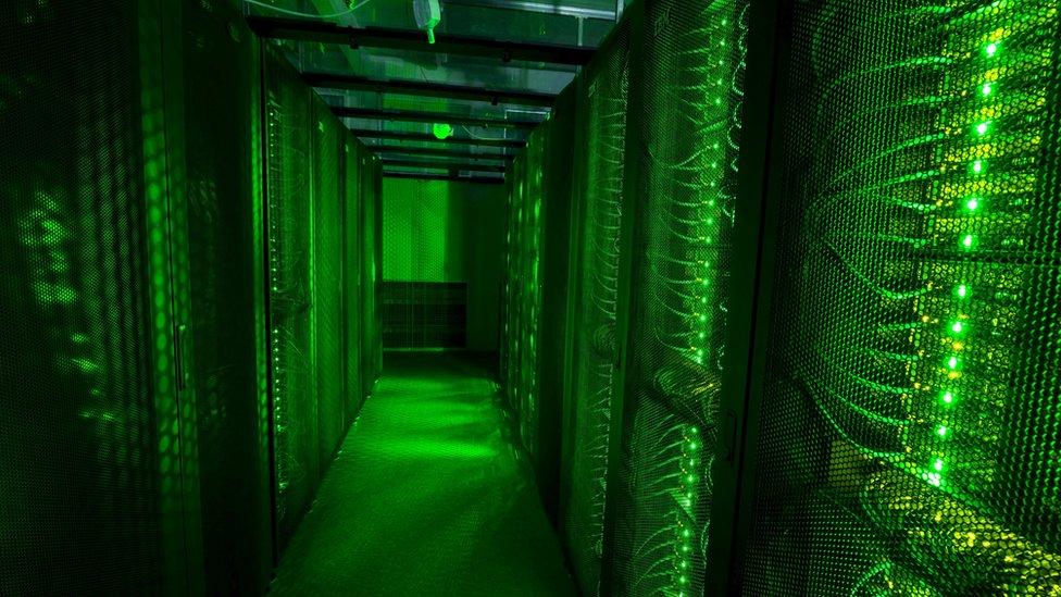 Los servidores de almacenamiento de datos en Hafnarfjordur, Islandia, que están tratando de posicionarse en el negocio de los centros de datos son galpones que consumen enormes cantidades de energía para almacenar la información de 3,2 millones de usuarios de internet.