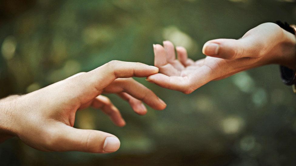manos tocándose