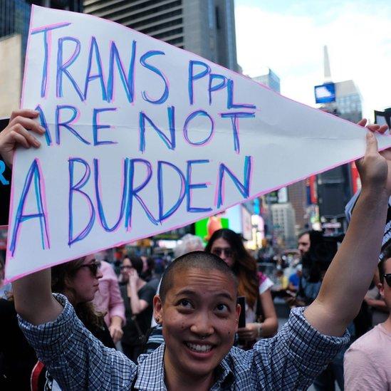 Manifestante con cartel que dice: