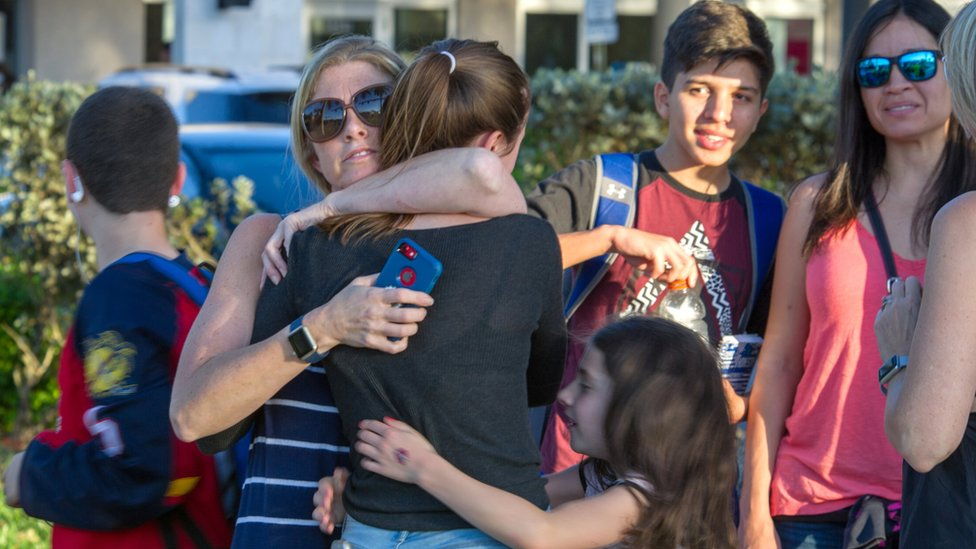 Estudiantes a las afueras de la escuela Marjory Stoneman Douglas