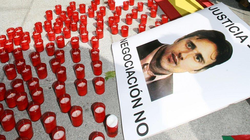 Un cartel y velas en honor a Miguel Ángel Blanco