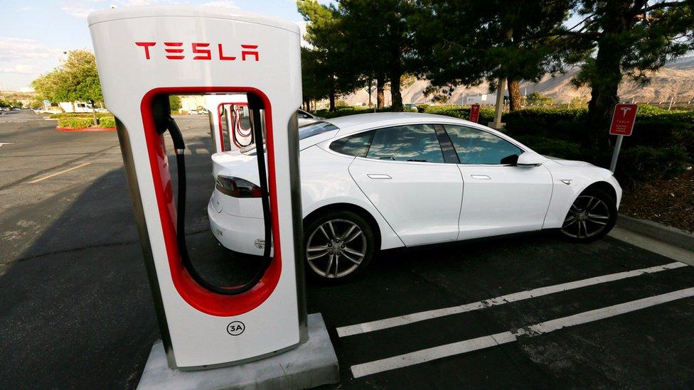 一輛特斯拉Model S轎車在充電。