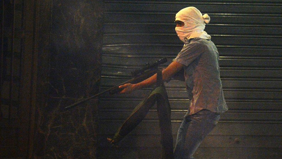 شاب مسلح في كاراكاس