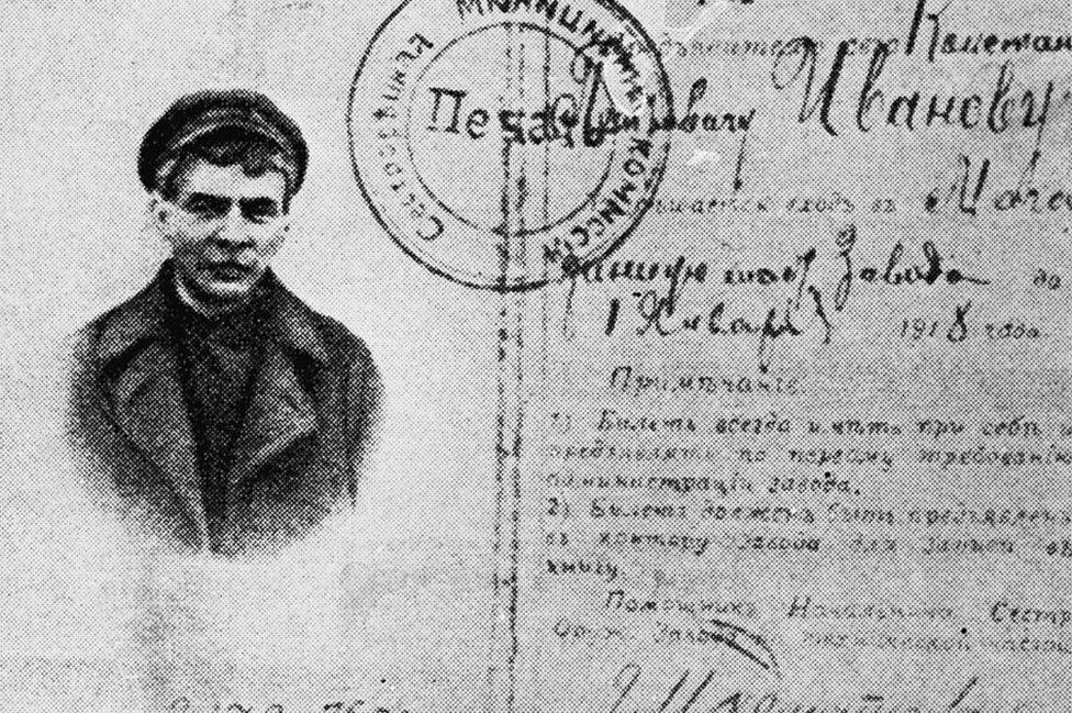 Lenin disfrazado en la foto de un pasaporte falsificado que le permitió escapar meses después del viaje en el tren sellado de vuelta al exilio en Finlandia.