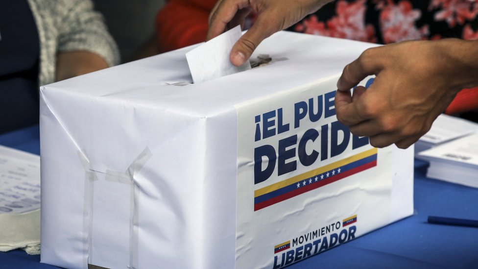 Persona votando en la consulta simbólica
