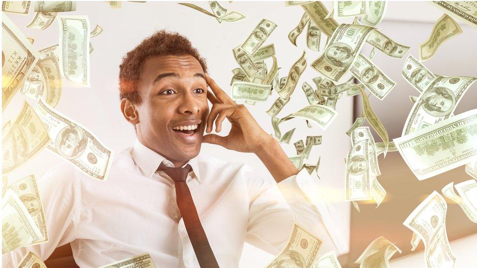 Un hombre bajo una lluvia de dinero