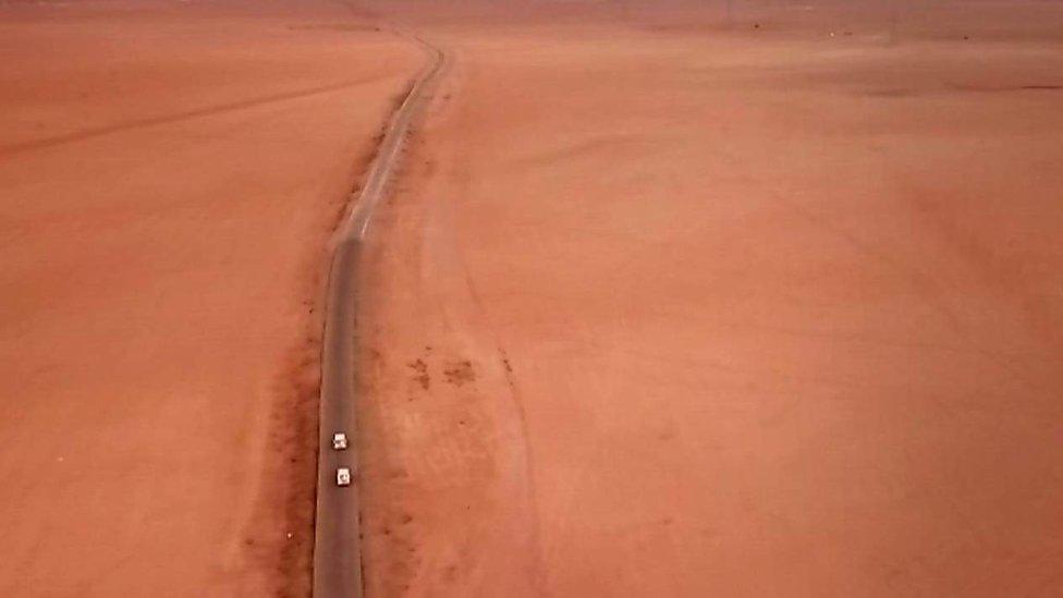 El convoy entró en el desierto y llegó a su destino ya dentro del territorio controlado por EI.
