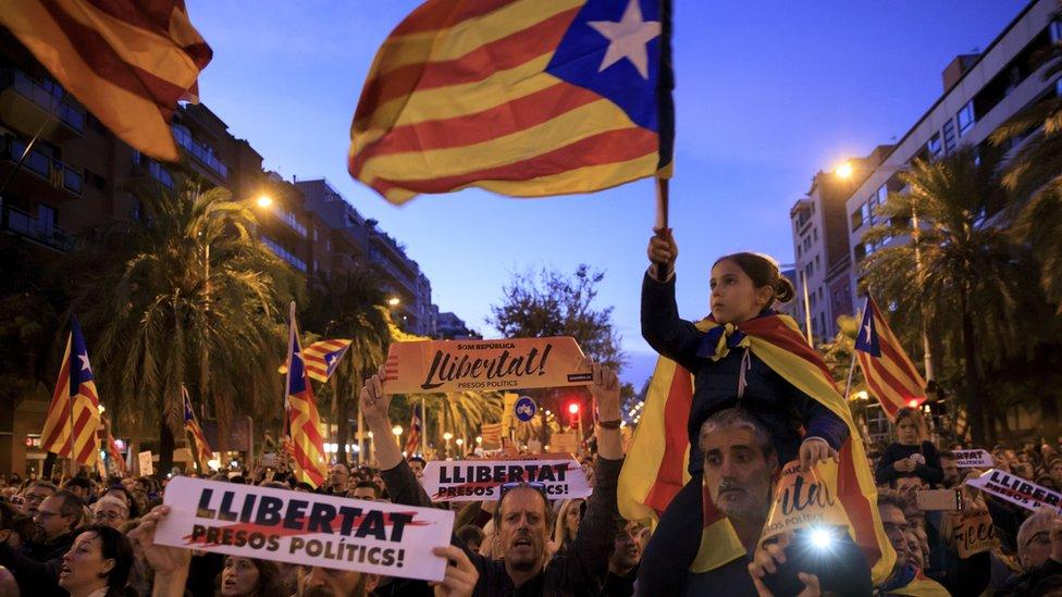 """Los manifestantes llevaban una pancarta que decía """"Somos una república"""" y pequeños carteles en los que se leía que los 10 líderes independentistas detenidos son presos políticos."""