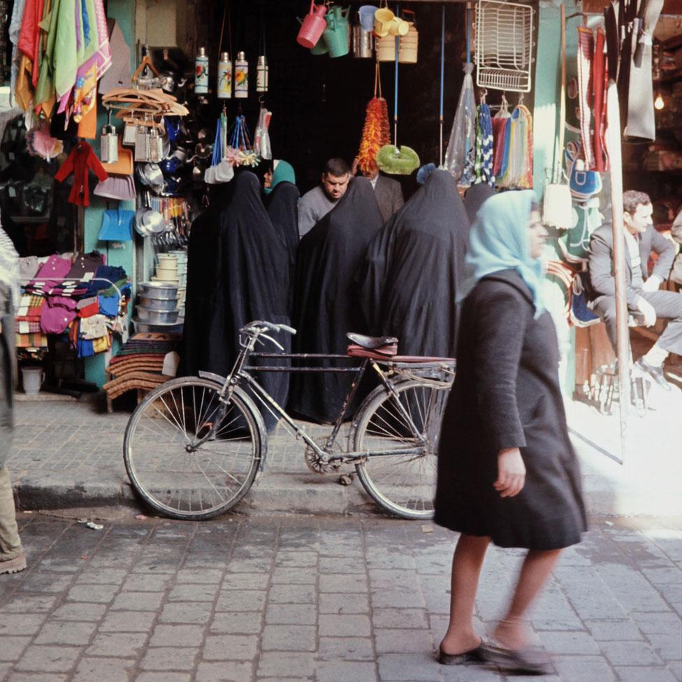 متسوقون في سوق دمشقية في سبعينيات القرن الماضي
