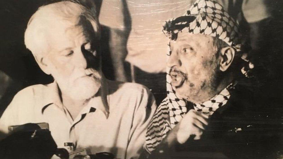 """""""السمك المملح"""": هل كانت إسرائيل مستعدة للتضحية بصحفي كي تصل لعرفات؟"""