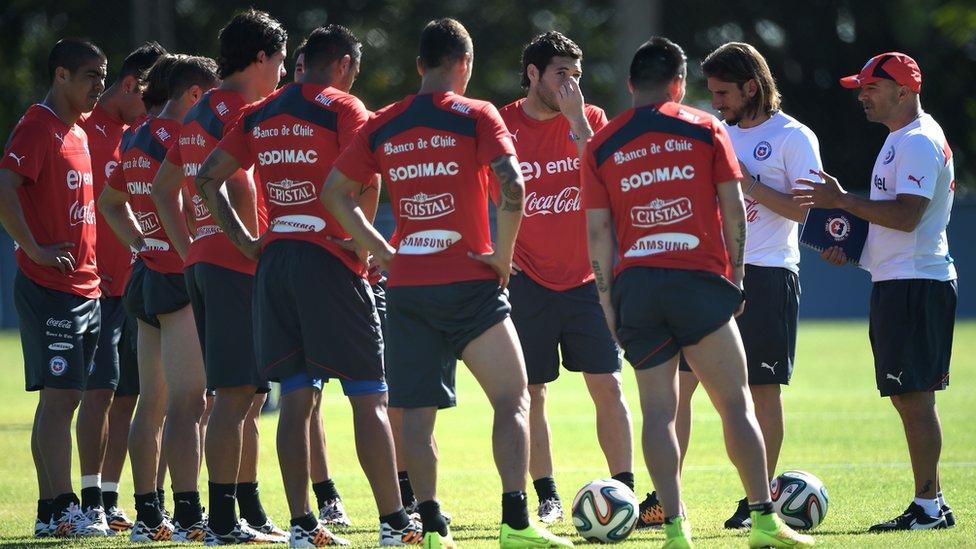 Jorge Sampaoli con los jugadores chilenos.