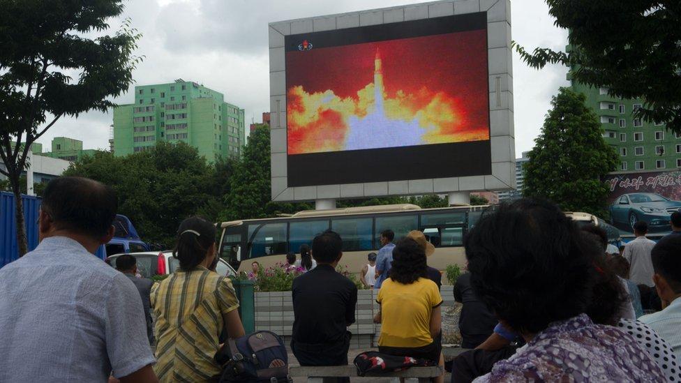 Ciudadanos de Corea del Norte observan la transmisión del lanzamiento de un misil