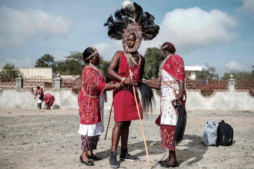 في اليوم ذاته في كينيا، نساء من المجموعة الإثنية ماعاسي ترتدي أزيائهن التقليدية للمشاركة في أداء يهدف إلى تشجيع السلام والانسجام في المجتمع المحلي في منطقة وادي ريفت.