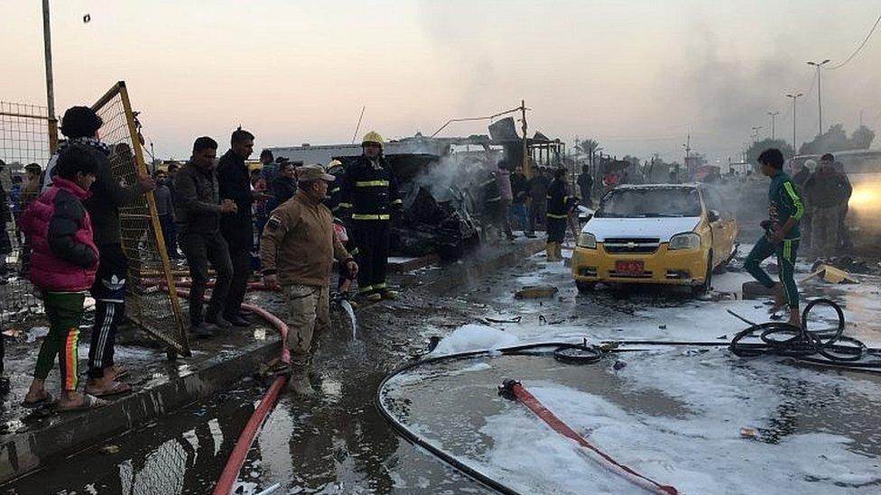 رجال مطافئ يتدخلون عقب الانفجار الذي استهدف مدينة الصدر في العاصمة العراقية بغداد