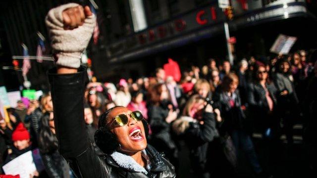 Una mujer grita en la Marcha de Mujeres de Nueva York.