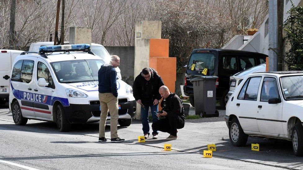 La policía francesa trabaja en el lugar del ataque en Trèbes en el sur de Francia.