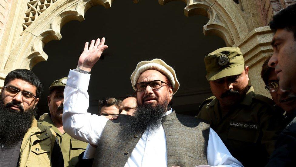 Hafiz Saeed melambaikan tangan kepada para pendukungnya yang menyambut kebebabasannya di pengadilan di Lahore, Pakistan, Rabu (21/11)