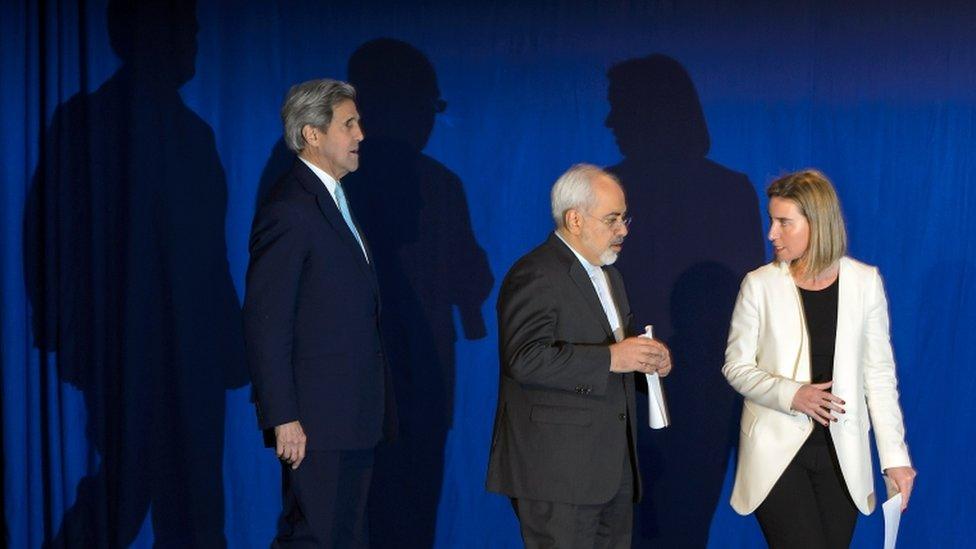 وزير الخارجية الإيراني محمد جواد ظريف (في الوسط) ونائب الرئيس الأمريكي السابق جون كيري (إلى اليسار) ومسؤولة الشؤون الخارجية في الاتحاد الأوربي فيدريكا موغريني بعد توقيع الاتفاق النووي الأيراني