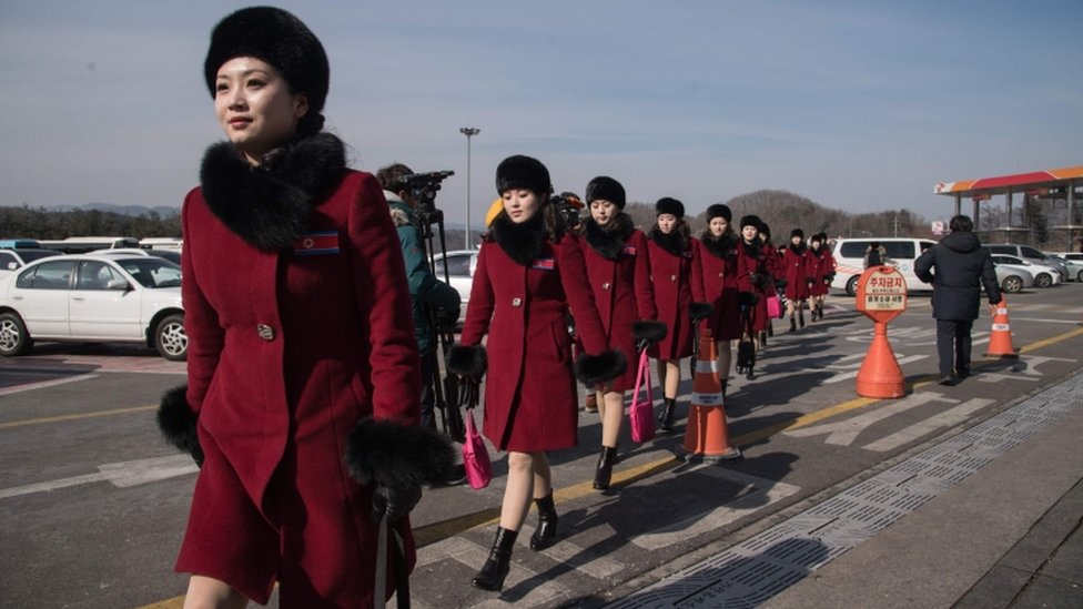 Las animadoras de Pyongyang usaron todas el mismo elegante atuendo al llegar a Corea del Sur.