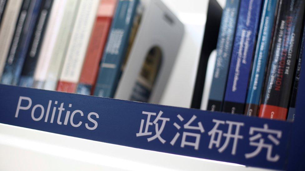北京國際圖書博覽會上劍橋大學出版社展攤的政治研究書架(23/8/2017)