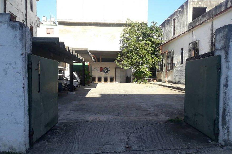 Uno de los costados de la guarnición que aún preserva la custodia, pero ahora casi siempre está abierto.