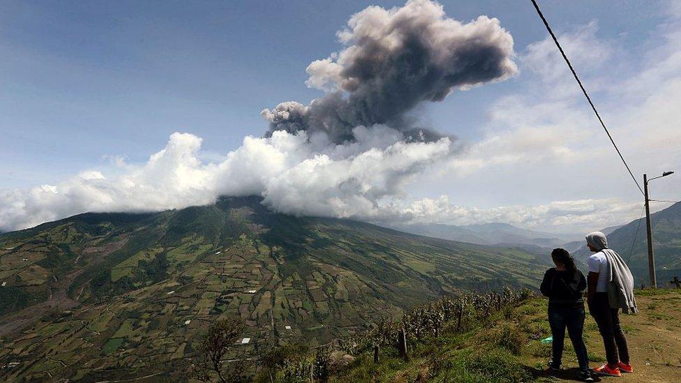 En 2014, una pareja visitaba la Casa del Árbol cuando de repente el volcán Tungurahua empezó a despedir una columna de cenizas de 8.000 metros de alto. Esta foto se hizo popular por un reconocimiento de la revista National Geographic.