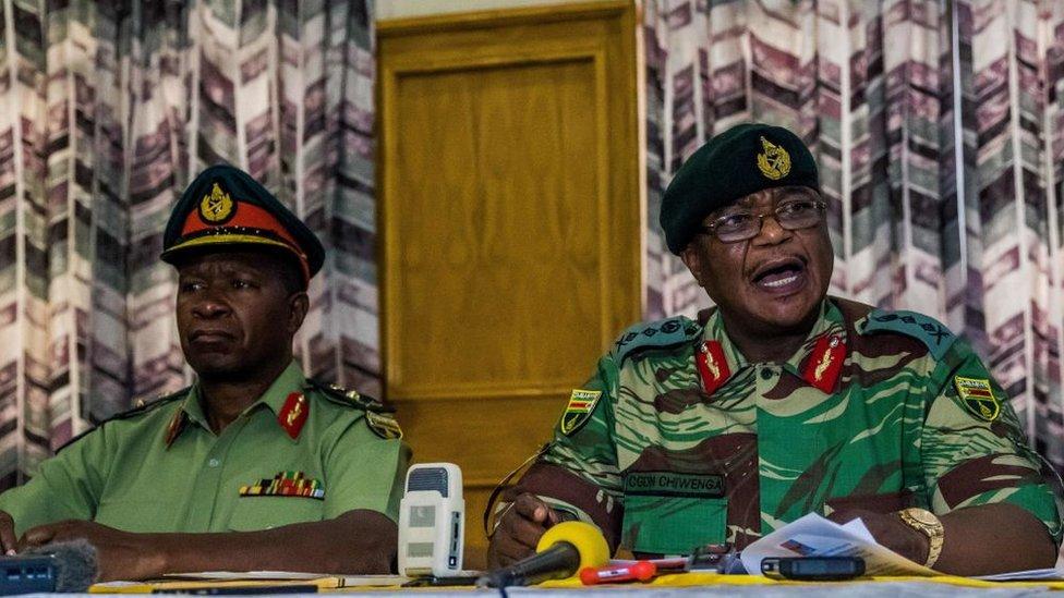 """Constantine Chiwenga (a la derecha) pidió el lunes a Mugabe que detuviera su """"purga"""" de veteranos en el gobierno."""
