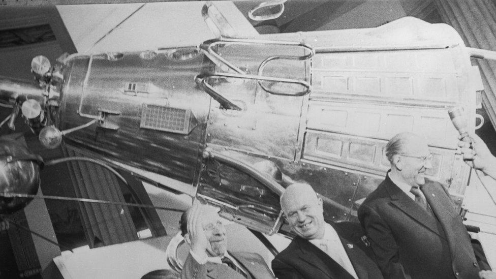 Con el lanzamiento del satélite Sputnik, la URSS se adelantó en la carrera espacial.