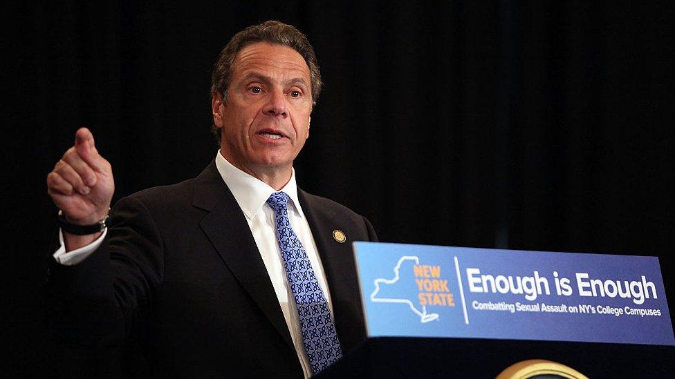 Andrew Cuomo, gobernador de Nueva York, firma en 2015 una ley de consentimiento sexual afirmativo para combatir la violencia sexual en las universidades.