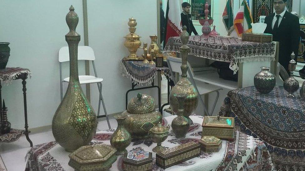 د عکسونو البوم: ترکمنستان کې د افغان صنایعو نندارتون