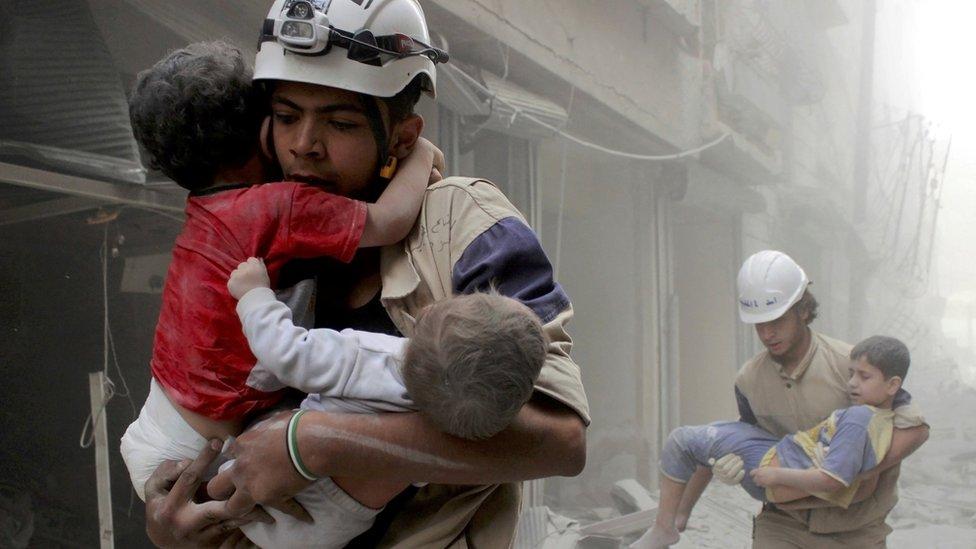 القبعات البيضاء ينقذون أطفالا من تحت الحطام في سوريا
