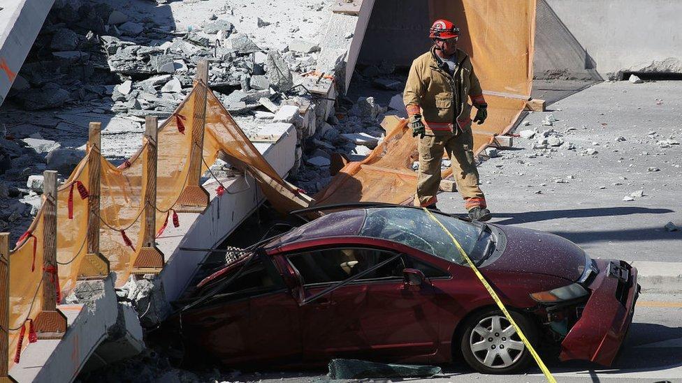 Auto aplastado por el colapso del puente.