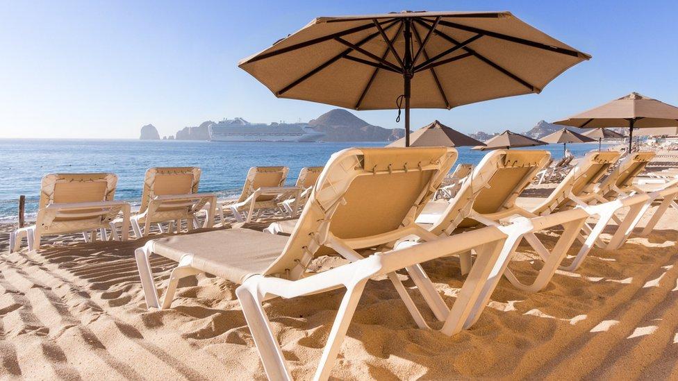 Tumbonas al sol en una playa