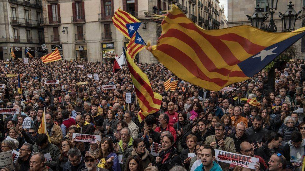 متظاهرون يسدون الطرقات في برشلونة